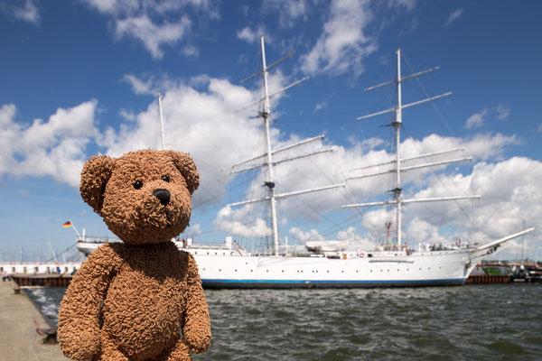 """Stralsund, die zweite: Hier liegt das doppelte Lottchen des Segelschul-Vorzeigeschiffs, die """"Gorch Fock"""" vor Anker."""