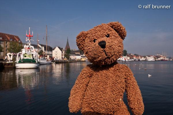 Hier bin ich im Hafen von Flensburg. Das ist an der Felsnburger Förde. Keine Ahnung, was hier gefördert wird. Flensburger wahrscheinlich (hicks)...