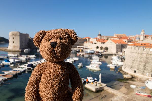 Hier bin ich in Dubrovnik. Das ist am Mittelmeer und in Kroatien. Da gibt es Cevapcici und allerhand scharfes Zeugs, ganz so wie es sich für eine Weltkulturerbenstadt gehört! Sonne, Sand und Strand gibt es dort auch –ich bin schön braun geworden...
