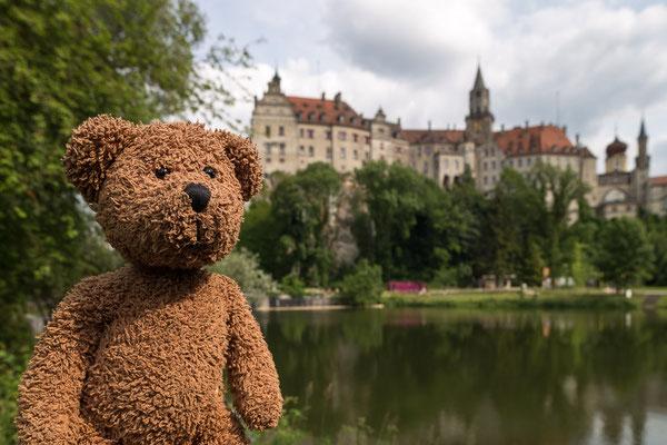 Hinter mir ist das größte Stadtschloss von ganz Deutschland zu bewundern. Das ist das von denen der Hohenzollern und steht in Sigmaringen, im Schwobaländle...