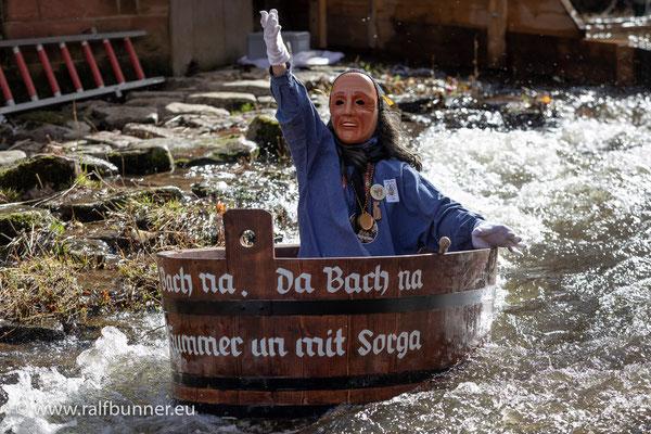 Schramberger Da Bach Na Fahrt in phantasievoll gestalteten Holzzubern durch den eisigen Kirchbach