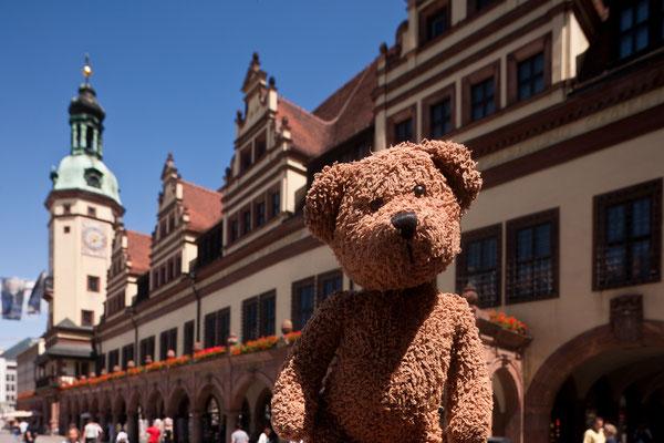 Hinter mir seht Ihr das alte Rathaus in Leipzig.