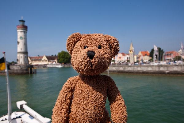 Das hinter mir ist die Hafeneinfahrt von Lindau am Bodensee.