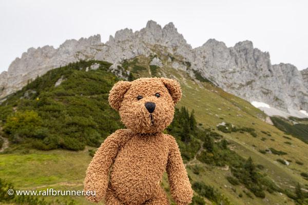 Hier bin ich auf dem Adler-Wanderweg. Das ist ein ziemlich langer und steiler Weitwanderweg, bei dem Ralf ganz schön ins Schwitzen geraten ist, als er mich huckepack auf den Wilden Kaiser getragen hat...