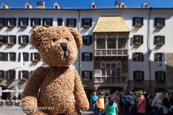 Hier bin ich also in Innsbruck und hinter mir ist der Huldigungsbalkon vom Kaiser. Der war ganz schön neureich und hat sich das Balkon-Dacherl gleich mal vergolden lassen.