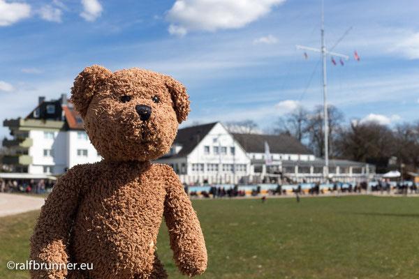 """Wenn es in Wedel an der Elbe tutet und trötet, dann läuft dort immer ein Schiff ein (es wird dann kleiner). Oder es läuft aus (dann gibt es einen Unfall). Auf jeden Fall wird das Schiff dann am """"Willkommhöft"""" hinter mir mit der jeweiligen Nationalhymne begrüßt..."""