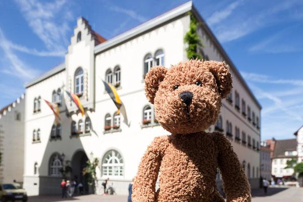 Und hier bin ich in Radolfzell am Bodensee vor dem Rathaus.