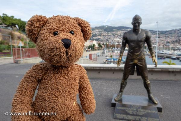 Als mehrfacher Weltreisebär war ich neulich in Funchal auf Madeira, meinen alten Kumpel Christiano besuchen. Mir hat man ja noch kein Denkmal wie ihm gesetzt, aber was noch nicht ist, wird bestimmt noch kommen!