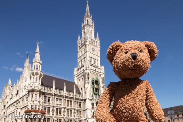 Das ist der Marienplatz in München. Die Bayern glauben, dass die Welt zu Bayern gehört. Stimmt irgendwie ja. Auch...