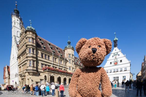 Du hast Deutschland nicht gesehen, wenn du nicht in Rothenburg ob der Tauber gewesen bist. Klischees werden wahr: Es ist nämlich eigentlich eine japanische Stadt mit ein paar deutschen Fremdenführern und Gastwirten in diesem mittelalterlichen Kleinod .