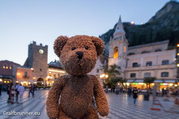 Hier bin ich abends auf dem Marktplatz von Taormina. Das ist auf Sizilien und gehört zu Italien.