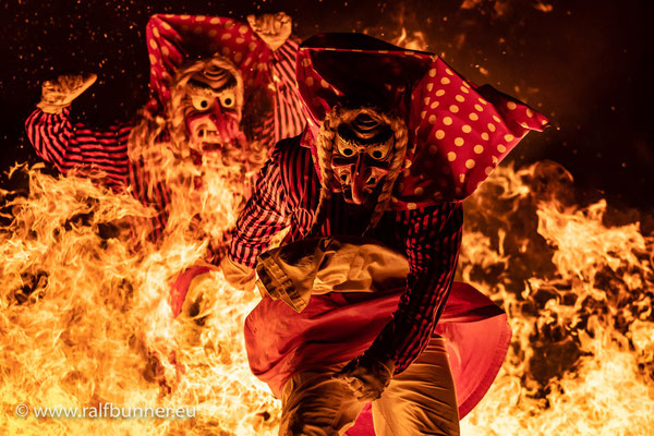 Winteraustrieb der Donaueschinger Schellenberg-Hexen mit dem Sprung durch die Flammenwand