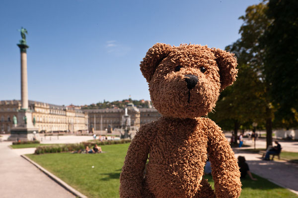 Hinter mir ist der Stuttgarter Schlossplatz. Hier in Stuttgart gibt es ganz viele Schwaben. Die schwätzed ganz gomisch...