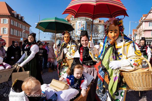 Umzug der Hansel und Gretel bei der schwäbisch-alemannischen Fasnacht in Donaueschingen