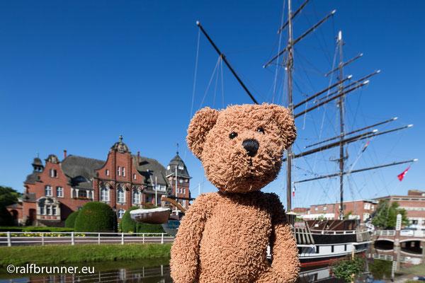Papenburg ist in Ostfriesland. Das ist westlich von Nordfriesland. Aber ich habe keine Ahnung wo Westfriesland ist.