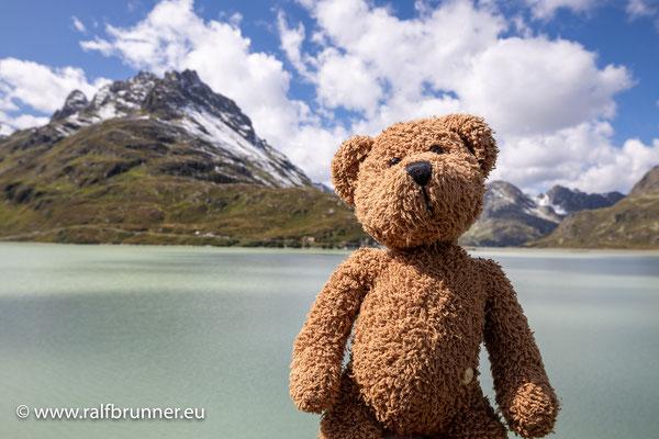 Oben am Scheitelpunkt der Silvretta-Hochalpenstraße, das passt dann alles, dort ist der Sivrettasee. Wenn man den nicht gesehen hat, dann hat man etwas verpasst auf dem Pass...