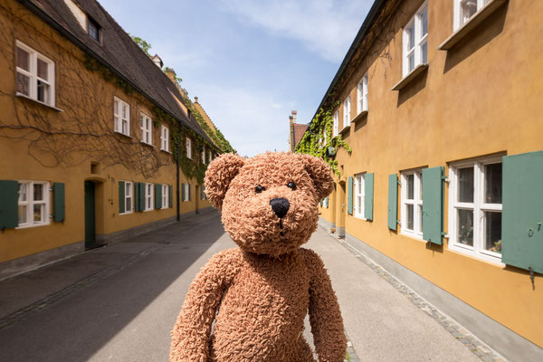 Augsburg war mal stinkreich. Da gab es keine Armen. Deshalb hat der Herr Fugger die  Fuggerei gegründet und dort dann Arme extra angesiedelt. Das hat sich dann auch gelohnt. Heute gibt es viel mehr Arme in Augsburg.