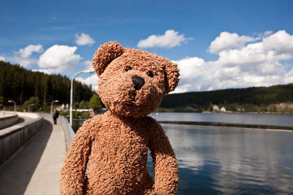 Der Schluchsee im Schwarzwald ist ein Stausee. Hier bin ich auf der Staumauer.