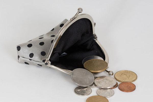 Portemonnaie aus Doppel-Jacquard-Gewebe. Schuss aus Schweizer Seide.  Muster getupft. Grösse: Ca. 9 x 9 cm CHF 39