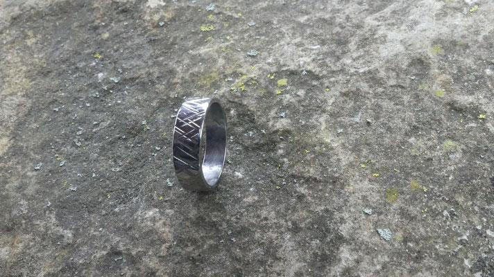 anneau fermé en inox , ciselé et poli