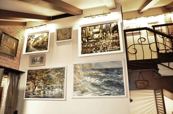 Картины над входом в зал