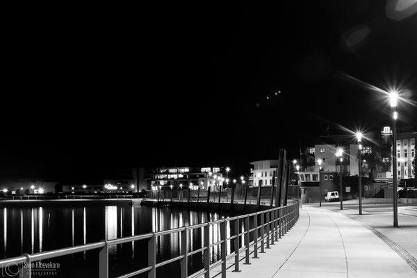Hafen Wedel Nachtaufnahme schwarzweiß