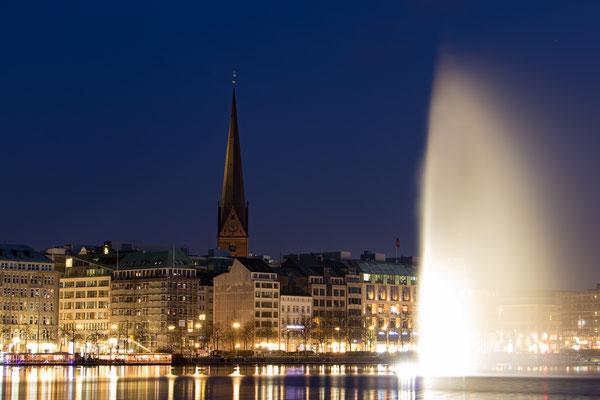 Petrikirche und Fontäne auf der Binnenalster (Tele-Aufnahme )