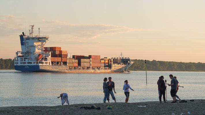 Schiffsverkehr auf der Elbe bei einsetzender Dämmerung