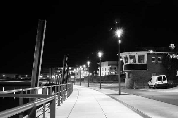 Promenade und Hafenmeisterhäuschen im Wedeler Hafen schwarzweiß