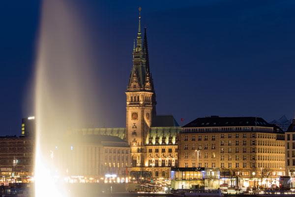 Alster-Fontäne und Hamburger Rathaus in der Blauen Stunde (Tele-Aufnahme )