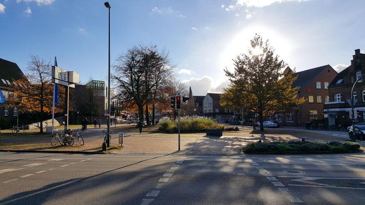 Wedeler Rathausplatz im Herbst