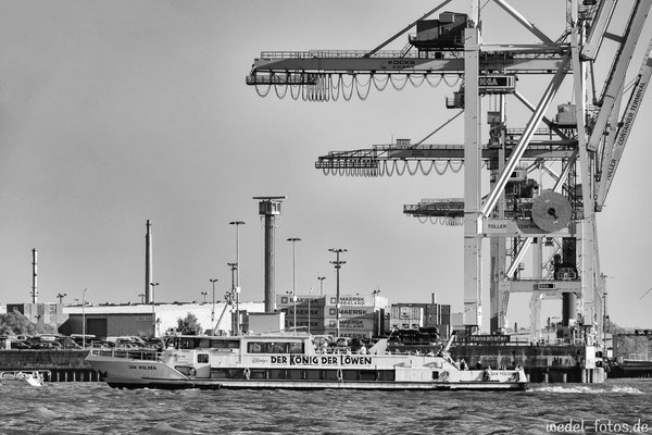 Barkasse Jan Molsen vor Hafenkränen