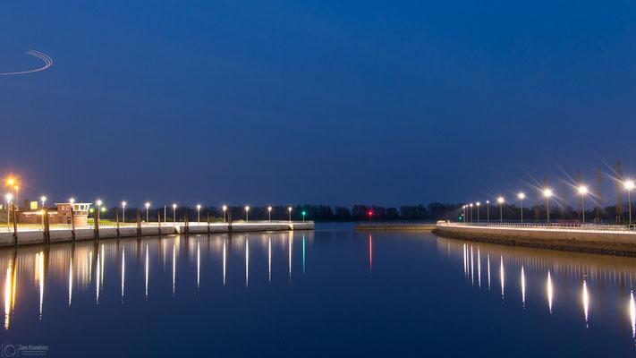 Blaue Stunde: Hafen Wedel mit Blick nach Süden