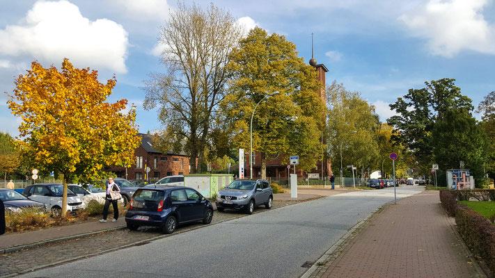 herbstlicher Blick auf die katholische Kirche in Wedel