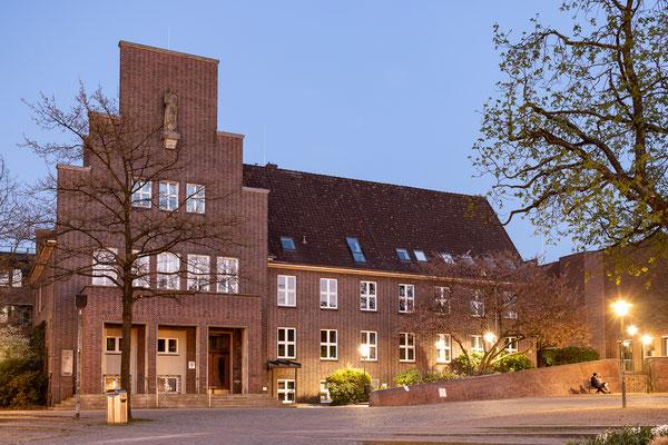 Rathaus Wedel in der Dämmerung (April 2018)