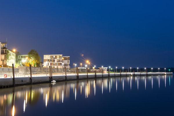 Ostmole des Hafens Wedel zur Blauen Stunde