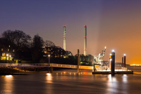Fähranleger und Kraftwerk Wedel bei Nacht