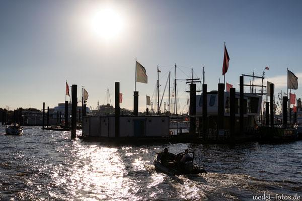 Hafen mit Fahnen im Gegenlicht