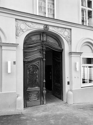 """Tor des Hauses Berggasse 5, in dem sich das Gasthaus """"Zum Silbernen  Brunnen"""" befand, welches von Max Weber gerne aufgesucht wurde  (Foto: Andrea Zitter)."""
