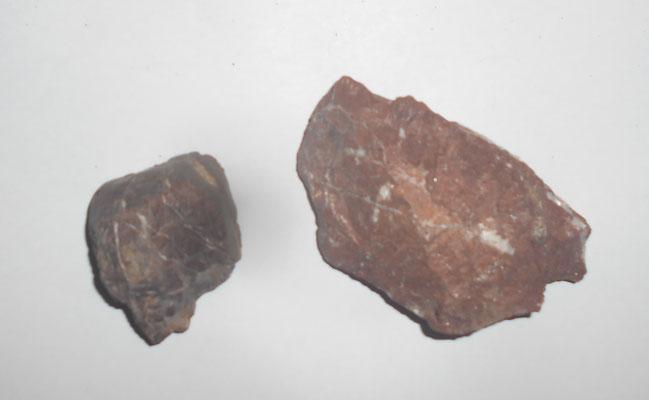 Steine vom Eisernen Bergl - sie könnten auf Eisenerz hinweisen.