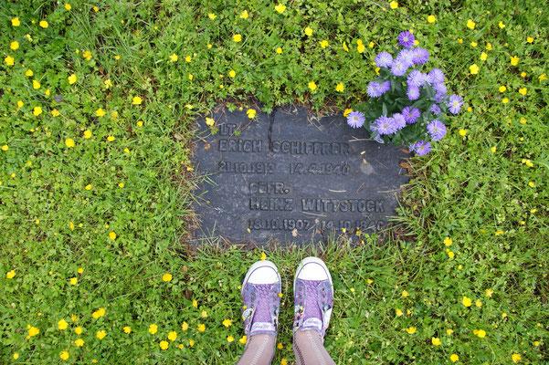 Hier ist das Grab mit den violetten Schuhen von Michaela Frank zu sehen