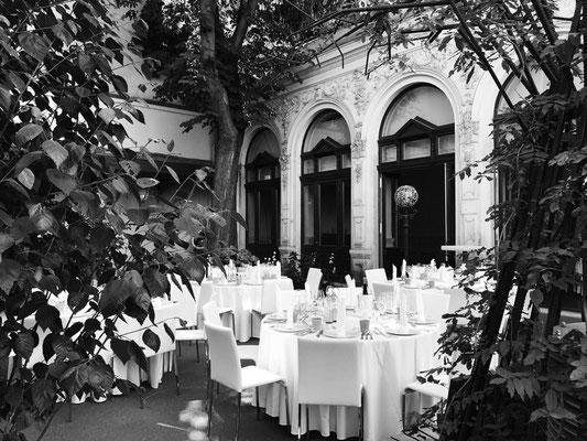 """Gastgarten des früheren Gasthauses """"Zum Silbernen Brunnen"""" nach der  Beendigung der Sanierungsarbeiten Mai 2017 (Foto: Andrea Zitter)."""