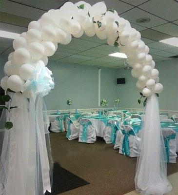 arco de globos y tela para boda