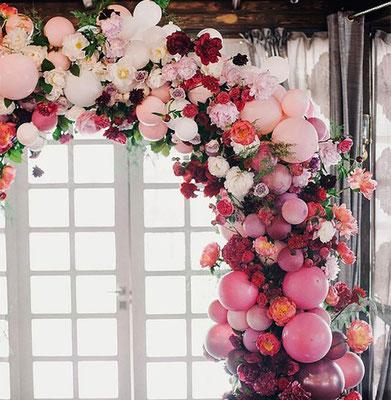 arco de globos organico con flores