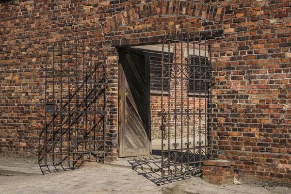Eingang in den Hof des Todesblockes. Der Eingang befindet sich zwischen Block 10 und Block 11. Im Block 10 fanden pseudomedizinische Versuche statt.