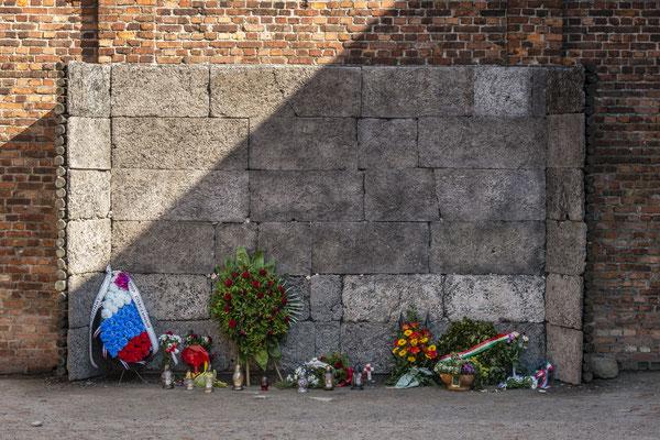 Im Hof des Todesblockes steht die schwarze Wand. Diese schwarze Wand ist rekonstruiert. An diesem Kugelfang wurden 20.000 Menschen hingerichtet.