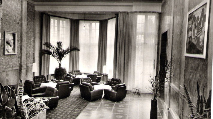 Aufnahme aus DDR Zeiten im Jahre 1973, Links ein Bild eine Aufnahme von Erich Honecker.