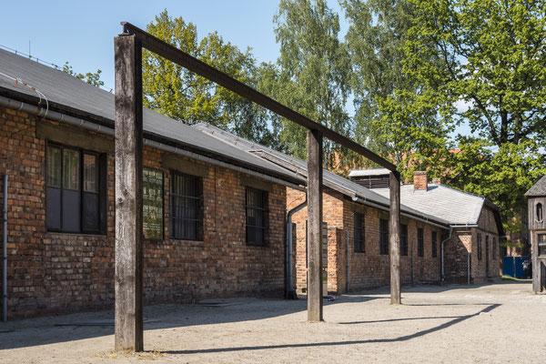 Dieser Galgen stand zur Abschreckung aller Häftlinge frei auf dem KZ Gelände. Am 19. Juli 1943 wurden hier öffentlich 12 Polen gehängt.