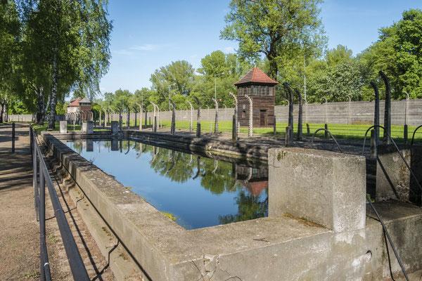 """Dieses """"Schwimmbecken"""" war ursprünglich ein Löschwasserbecken. Zu Propagandazwecken baute man es zu einem Schwimmbecken um.. Dadurch konnte man Fotos verbreiten von glücklichen Häftlingen."""