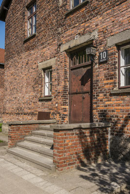 Eingang in Block 10. In Block 10 wurden, unter anderem, die Sterilisationsversuche an weiblichen Häftlingen fortgeführt. In die Geschlechtsorgane wurde Formalin gespritzt.